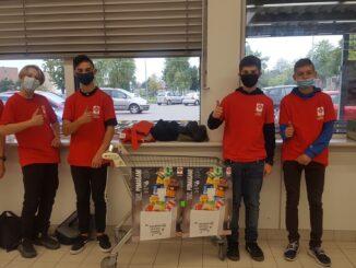 Zbiórka żywności - wolontariusze z SP3 z koszami z żywnością.