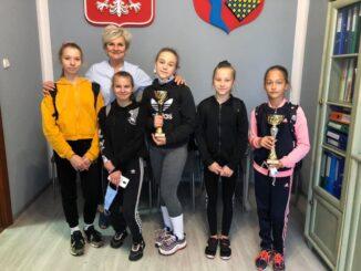 Drużynowe Biegi Przełajowe-dyrektor szkoły po wreczeniu gratulacji drużynie dziewcząt.
