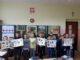 Projekt Czytam z klasą dzieci z II d na zdjęciu grupowym z zielnikami w rękach