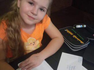 Dziewczynka pisząca list