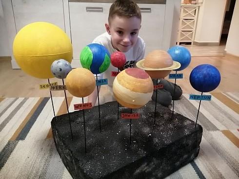 Dzieci z klasy 3c ze swoimi pracami lub prace układ słoneczny