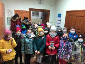 Dzieci z klas 1-3 wraz z wychowawczyniami wrzucają pieniądze do puszki WOŚP