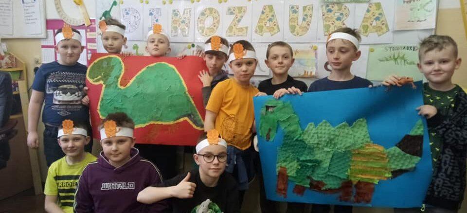 Dzieci i ich prace plastyczne -dinozaury
