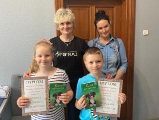 Pani dyrektor, wychowawczyni A. Lemańska i dzieci które wygrały w konkursie ortograficznym klas 3