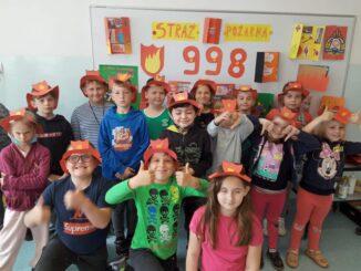 Uczniowie przebrani za strażaków