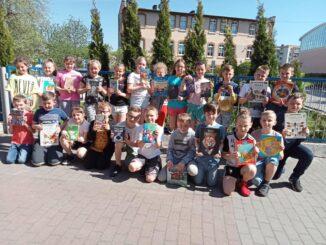 Uczniowie czytają książki
