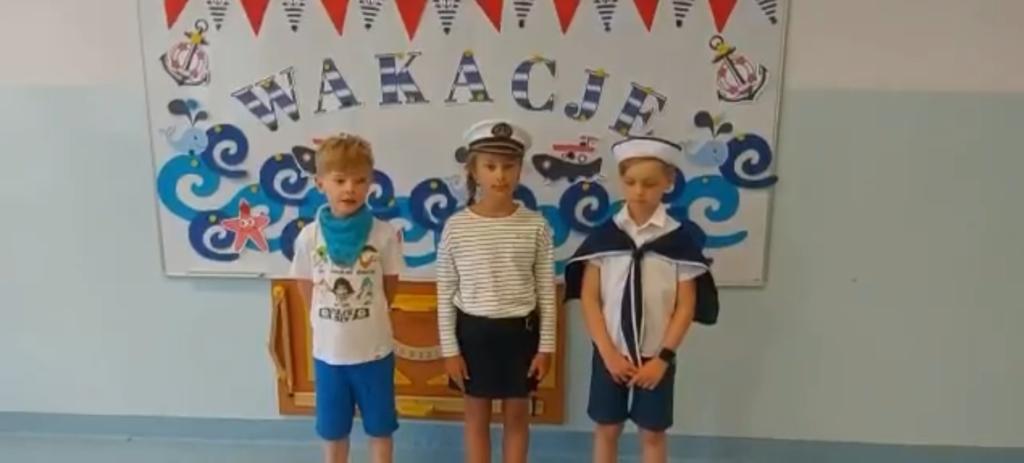 Uczniowie podczas występu zokazji wakacji