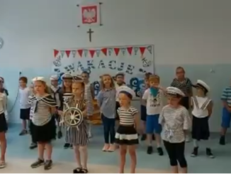 Uczniowie podczas występu z okazji wakacji