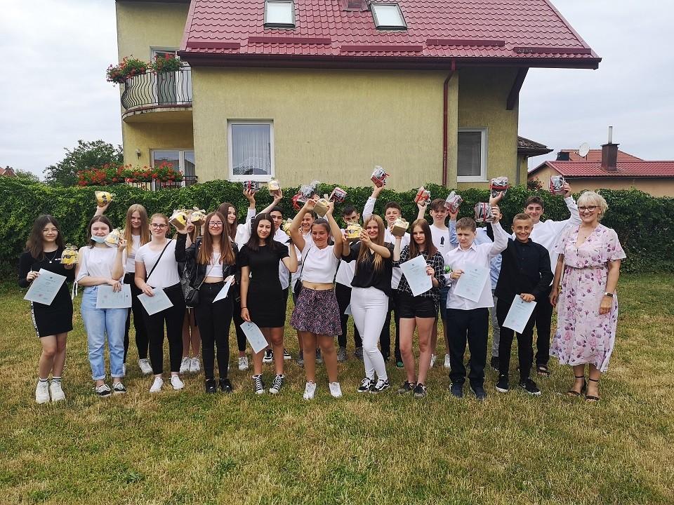 Uczniowie zklasy 7c podczas zakończenia roku szkolnego 2020/21