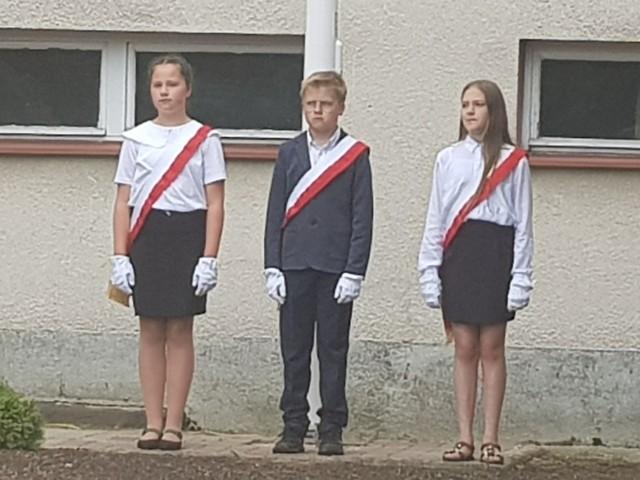 Uczniowie podczas zakończenia roku szkolnego 2020/21