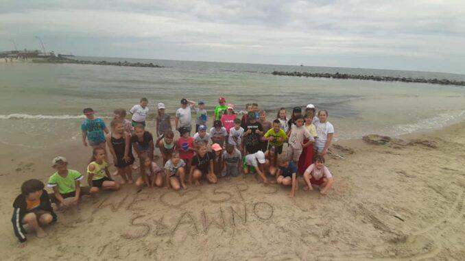 Uczniowie klas trzecich na wycieczce nad morze