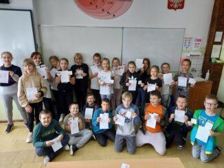Dzieci z pracami na DZień Kropki