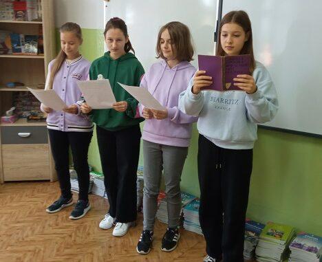 Uczniowie czytają Moralność Pani Dulskiej