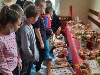 Dzieci oglądają produkty z jabłek