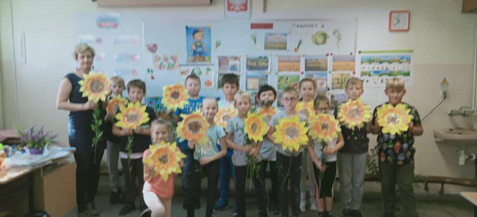 Uczniowie na lekcji o roślinach