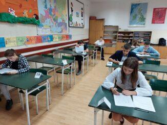 Uczniowie podczas pisania konkursów wojewódzkich