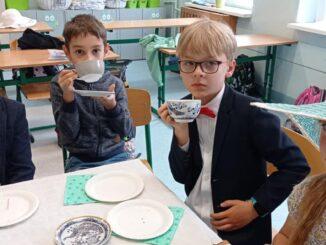 Uczniowie ubrani w styku angielskim