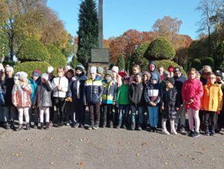 Akcja Szkoła pamięta-dzieci porządkujące Grób Ofiar Katynia